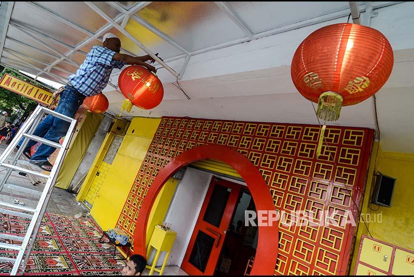 Pengurus Masjid memasang pernak-pernik di Masjid Lautze 2, Bandung, Jawa Barat, Rabu (16/5). Pemasangan pernak-pernik serta lampion tersebut dalam rangka menyambut Bulan Suci Ramadan 1439 H yang ditetapkan pemerintah pada Kamis (17/5).