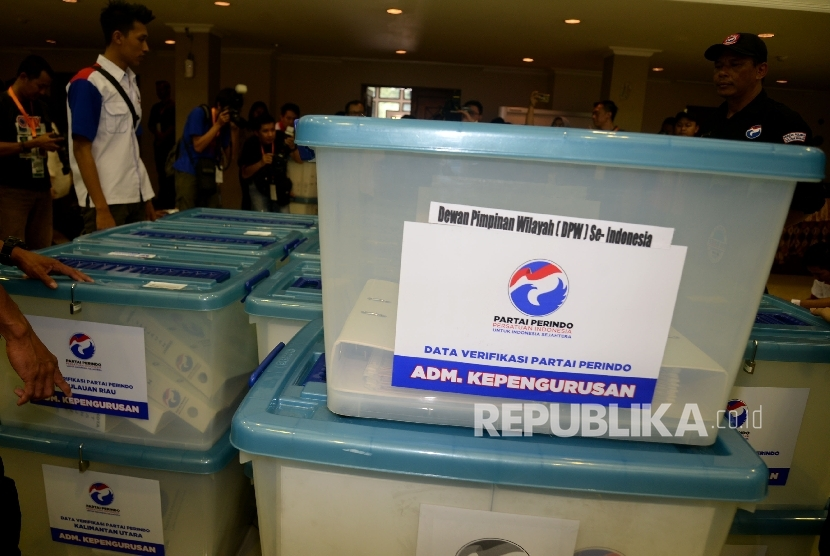 [ilustrasi] Pengurus Partai Perindo menata sejumlah kontainer berisi berkas dan syarat-syarat pendaftaran saat mendaftarkan partainya ke KPU Pusat, Jakarta, Senin (9/10).