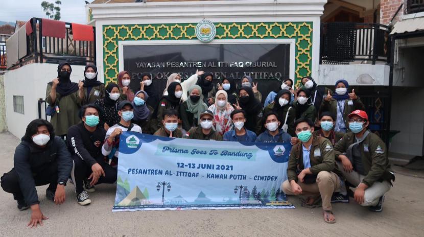 Pengurus Perhimpunan Remaja Masjid Al-Hidayah  (Prisma) Perumahan Purnawirawan Kopassus Depok berkunjung ke Pesantren Al-Ittifaq Bandung.