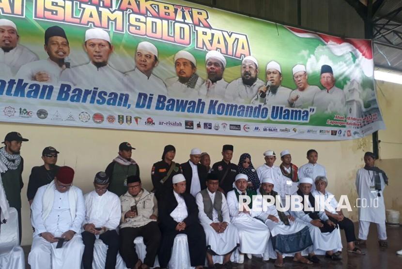 Pengurus Persaudaraan Alumni 212 di tabligh akbar umat muslim Solo Raya.