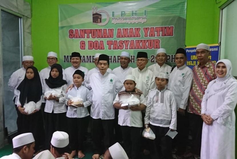 Pengurus Pusat (PP) Ikatan Persaudaraan Haji Indonesia (IPHI) memberikan santunan kepada anak-anak yatim sebagai tandan syukur memperingati hari lahir yang ke-29.