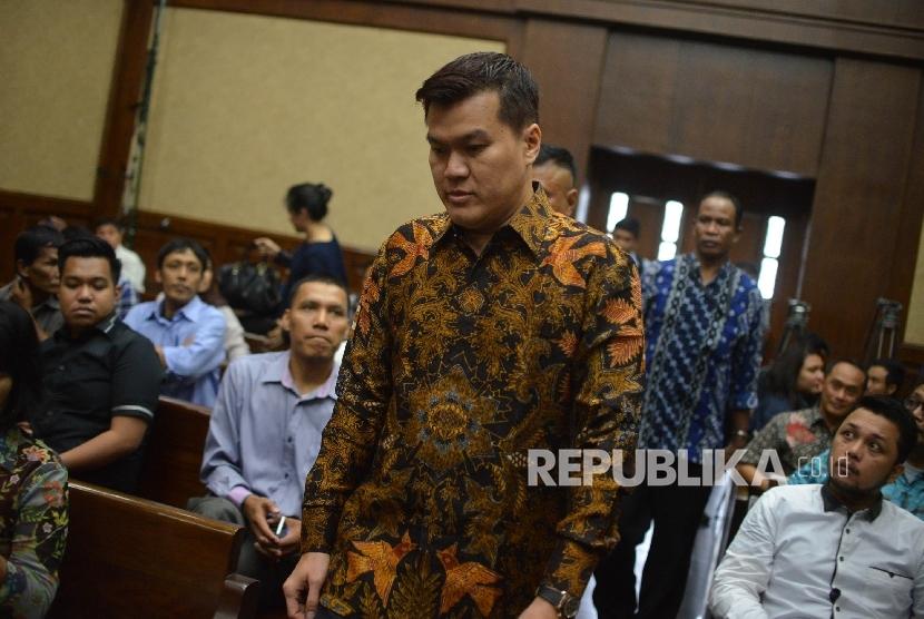 Pengusaha, Andi Agustinus atau Andi Narogong berjalan memasuki ruangan untuk menjadi saksi dalam sidang lanjutan dengan Terdakwa dugaan kasus korupsi KTP Elektronik, Irman dan Sugiharto di Pengadilan Tipikor, Senin (29/5).