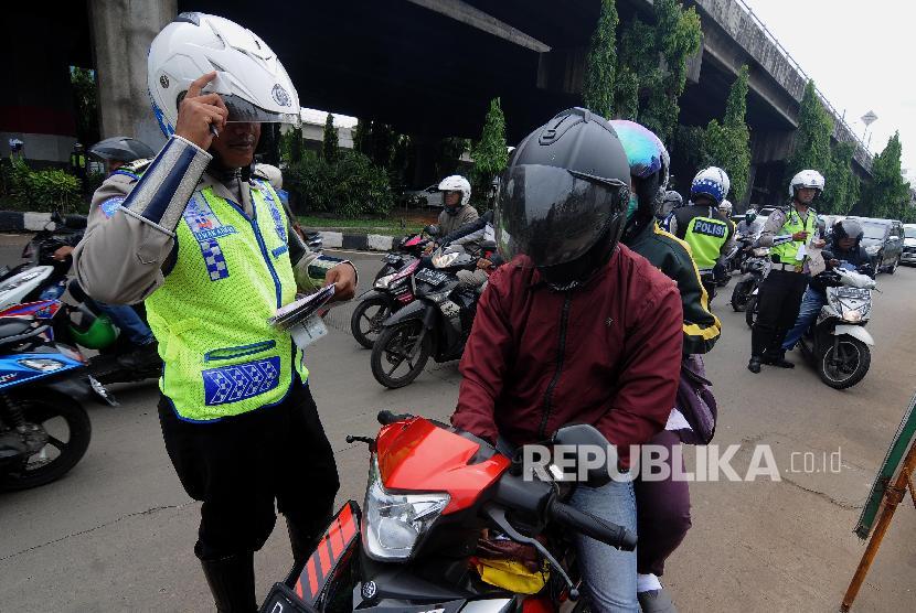Polisi melakukan penilangan kepada pengemudi/ilustrasi