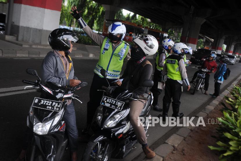 Peningkatan Pelanggar. Polisi menghentikan pengendara motor yang melintas di jalur cepat saat melakukan Operasi Zebra 2017 di Jalan DI. Panjaitan, Jatinegara, Jakarta Timur, Kamis (9/11). Hingga Kamis (9/11), Satlantas Polres Jakarta Timur mencatat telah menilang sekitar 11 ribu pelanggar lalu lintas dengan rincian barang bukti yang terdiri dari 4.940 Surat Izin Mengemudi (SIM) dan 6.216 Surat Tanda Nomor Kendaraan (STNK) selama Operasi Zebra 2017 di kawasan Jakarta Timur.