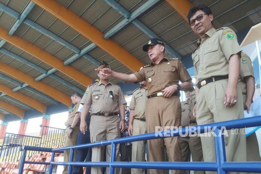 Penjabat Gubernur Jawa Barat, M Iriawan didampingi Bupati Bandung, Dadang M Naser mengecek stadion Si Jalak Harupat yang akan digunakan sebagai lokasi Asian Games cabang olahraga sepakbola, Senin (16/7).