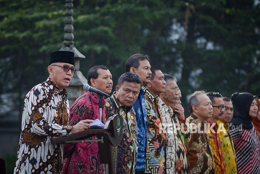 Penjabat Gubernur Jawa Barat M Iriawan (kiri) memimpin apel dan halal bihalal di Gedung Sate, Bandung, Jawa Barat, Kamis (21/6).