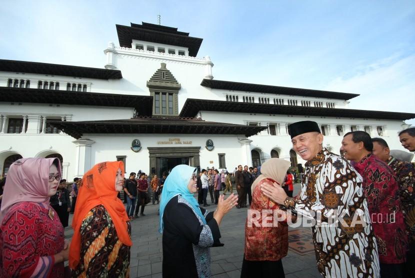 Penjabat (Pj) Gubernur Jawa Barat Komjen Pol M Iriawan bersalaman dengan para pegawai di Lingkungan Setda Provinsi Jawa Barat, pada Apel Pagi dan Halal Bihalal, di halaman Gedung Sate, Kota Bandung, Kamis (21/6).
