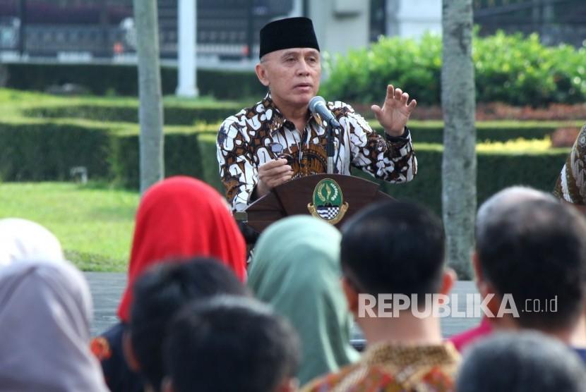 Penjabat (Pj) Gubernur Jawa Barat Komjen Pol M Iriawan memberikan arahan kepada para pegawai di Lingkungan Setda Provinsi Jawa Barat, saat Apel Pagi dan Halal Bihalal, di halaman Gedung Sate, Kota Bandung, Kamis (21/6).