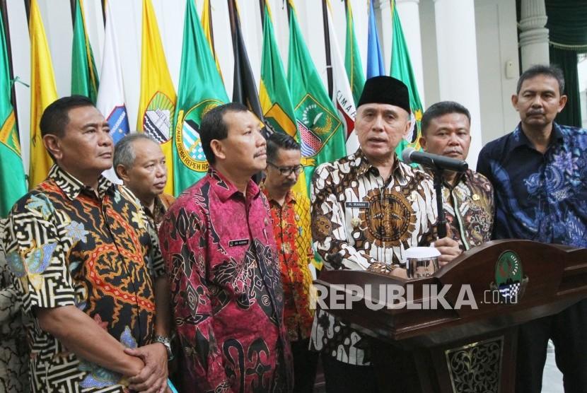 Penjabat (Pj) Gubernur Jawa Barat Komjen Pol M Iriawan menjawab pertanyaan wartawan usai Apel Pagi dan Halal Bihalal, di Gedung Sate, Kota Bandung, Kamis (21/6).