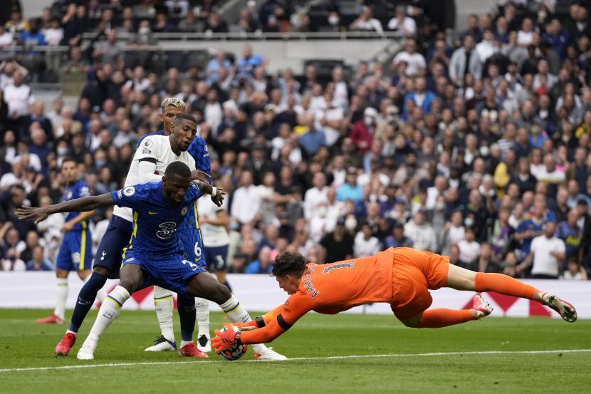 Penjaga gawang Chelsea Kepa Arrizabalaga melakukan penyelamatan ketika rekan setimnya Antonio Rudiger memblokir Emerson Royal dari Tottenham Hotspur selama pertandingan sepak bola Liga Primer Inggris antara Tottenham Hotspur dan Chelsea di Stadion Tottenham Hotspur di London, Inggris, Ahad, 19 September 2021.