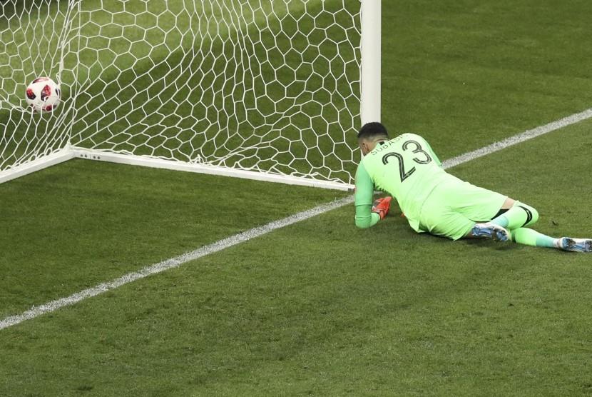 Penjaga gawang Kroasia Danijel Subasic gagal menghentikan tendangan bebas dari Kieran Trippier Inggris untuk membuka skor selama pertandingan semifinal antara Kroasia dan Inggris di Piala Dunia 2018 di Stadion Luzhniki di Moskow, Rusia, Rabu, (11/7) waktu setempat.