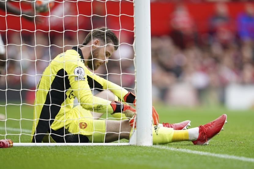 Penjaga gawang Manchester United David de Gea bereaksi setelah pemain Aston Villa Kortney Hause mencetak gol pembuka timnya selama pertandingan sepak bola Liga Inggris antara Manchester United dan Aston Villa di stadion Old Trafford di Manchester, Inggris, Sabtu, 25 September 2021.