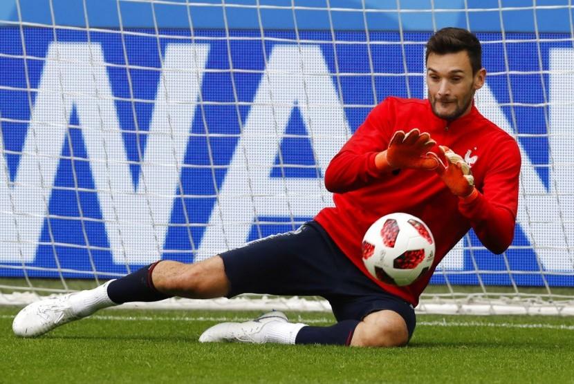 Penjaga gawang Prancis Hugo Lloris menangkap bola selama sesi pelatihan resmi pada malam semi-finalnya melawan Belgia di Piala Dunia 2018 sepak bola di St. Petersburg, Rusia, Senin, 9 Juli 2018.