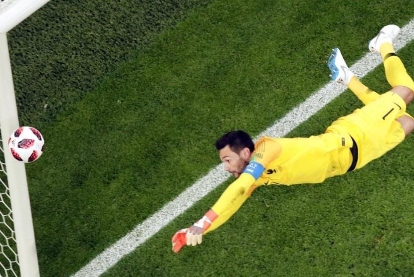 Penjaga gawang Prancis Hugo Lloris saat pertandingan semifinal Prancis vs Belgia.