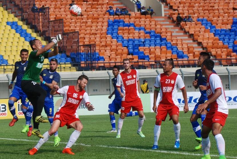 Penjaga gawang PSM Makassar Rivky Deython Mokodompit (kedua kiri).