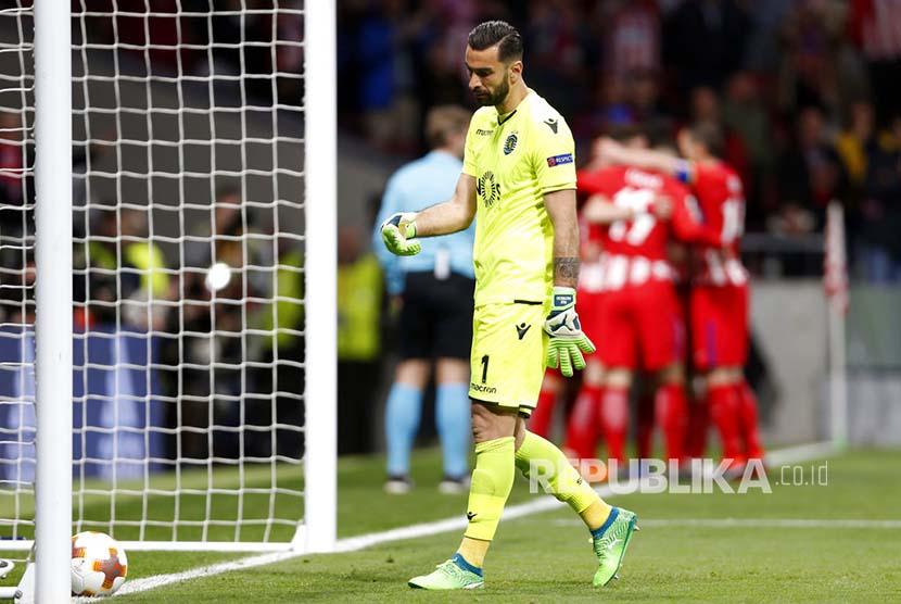 Penjaga gawang Sporting CP Rui Patricio tampak lesu saat memungut bola dari gawangnya pada pertandingan leg pertama perempat final Liga Eropa di Metropolitan Stadium, Madrid, Jumat (6/4) dini hari.