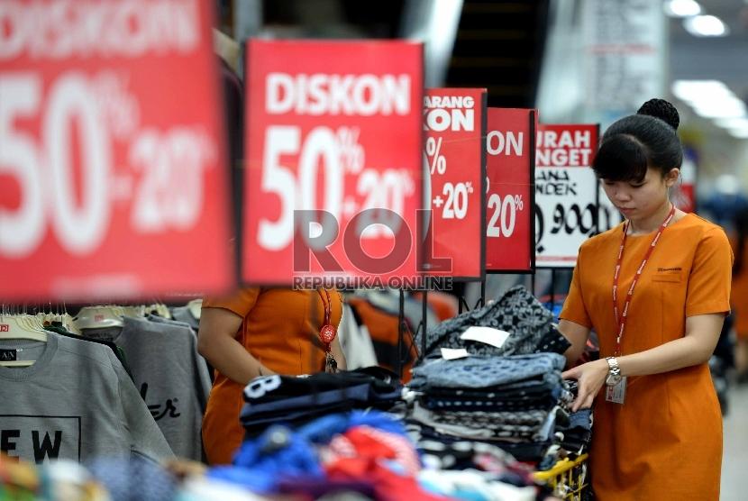 Penjaga menunggu pembeli di salah satu ritel penjualan pakaian di Pasar Baru, Jakarta Pusat. (Ilustrasi)