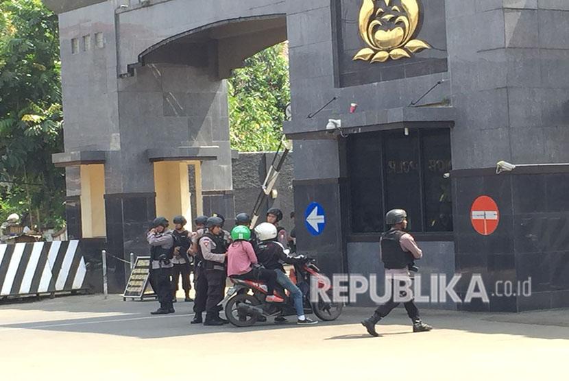 Penjagaan ketat terlihat di depan Mako Brimob, Kelapa Dua, Depok, Jawa Barat, serta dihiasi sejumlah karangan bunga yang dikirimkan dari pejabat negara, Jumat (11/5).