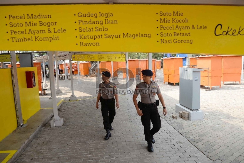 Anggota Polisi berjaga di Lenggang Jakarta, kawasan Monas, Jakarta, Senin (22/6).  (Republika/ Yasin Habibi)