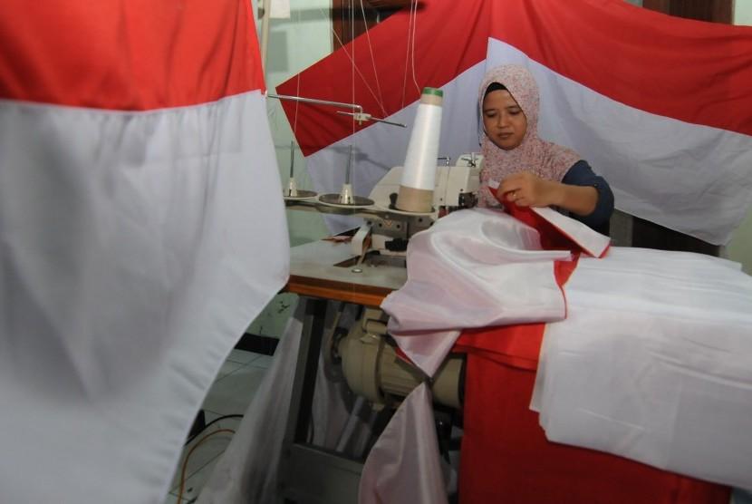 Penjahit membuat bendera Merah Putih di Boyolali, Jawa Tengah, Jumat (2/8/2019)
