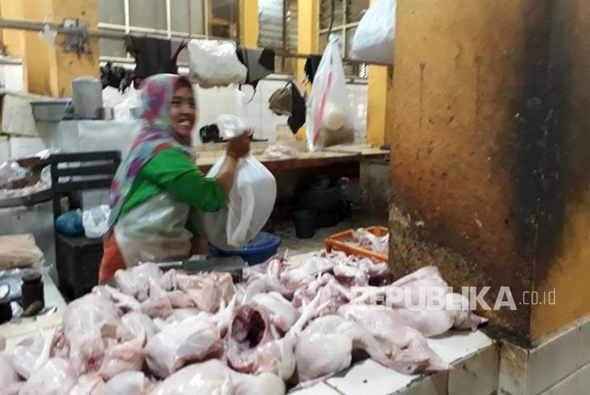 Penjual daging ayam di Pasar Beringharjo Rabu (25/7). Penjualan daging ayam sepi, sebelum harga naik sehari saya bisa menjual.100 kilogram saging ayam , sekarang dalam sehari hanya terjual 20 kilogram, kata Ida pada Republika,