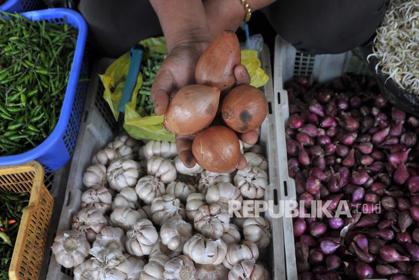 Penjual menunjukkan stok bawang bombai yang tersisa di Pasar Palima Palembang, Sumatera Selatan, Senin (9/3/2020). Komoditas pangan impor paling rawan mengalami kenaikan harga.