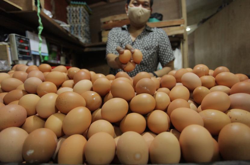 Penjual menunjukkan telur di pasar tradisional di Jakarta, Senin (3/5/2021). Telur cage free disebut lebih bernutrisi karena ayam petelurnya dapat bergerak bebas. Ilustrasi.