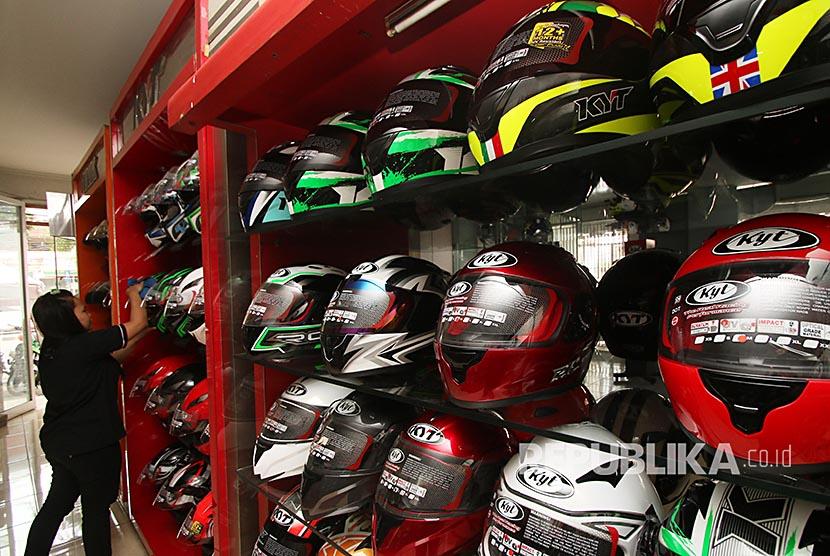 Penjual merapihkan helm dagangannya di salah satu toko helm di Mampang, Jakarta, Senin (19/6). Menjelang Lebaran permintaan helm yang dijual dengan kisaran harga Rp300 ribu hingga Rp2 juta mengalami peningkatan 50 persen untuk para pemudik Lebaran dengan menggunakan sepeda motor.