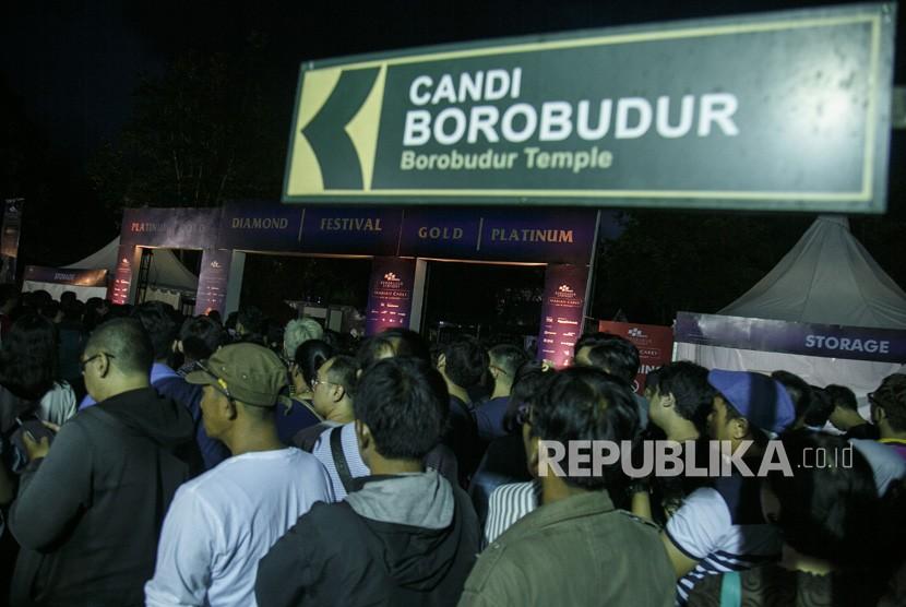 Penonton antre memasuki gerbang konser Mariah Carey di Taman WIsata Candi Borobudur, Magelang, Jawa Tengah (6/11/2018).