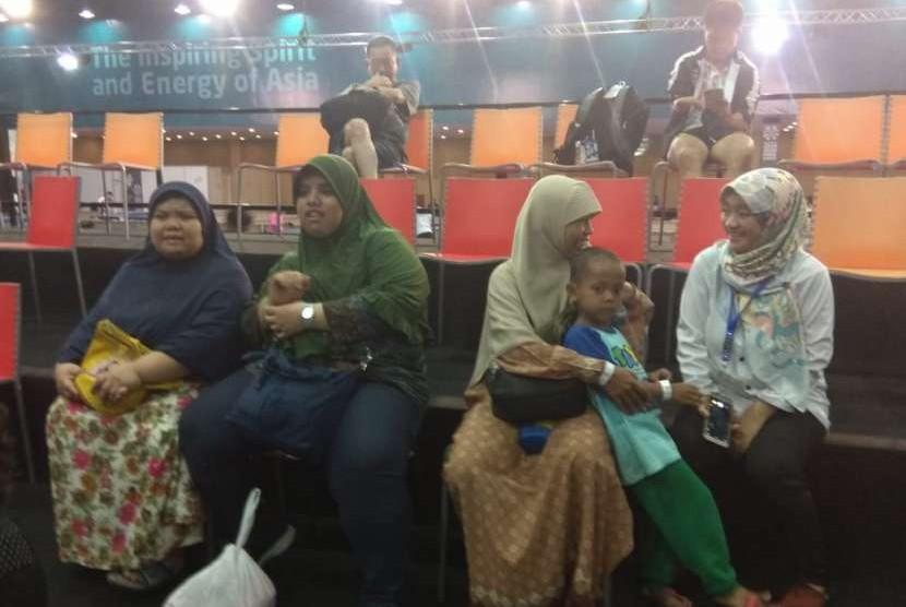 Penonton dari Rumah Autis Tangerang, di Ecovention Ancol Jakarta Utara, menyaksikan pertandingan Tenis Meja Asian Para Games 2018, Senin (8/10).