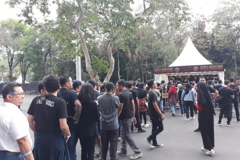Penonton konser Guns N Roses mengantre masuk ke booth merchandise resmi band asal Amerika yang tampil di konser di Jakarta, Kamis (8/11).