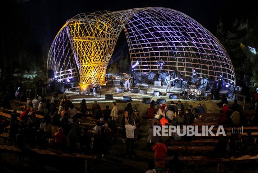 Penonton menyaksikan penampilan salah satu musisi jazz dalam Jazz Gunung bromo 2019 di Jiwa Jawa Resort Probolinggo, Jawa Timur.