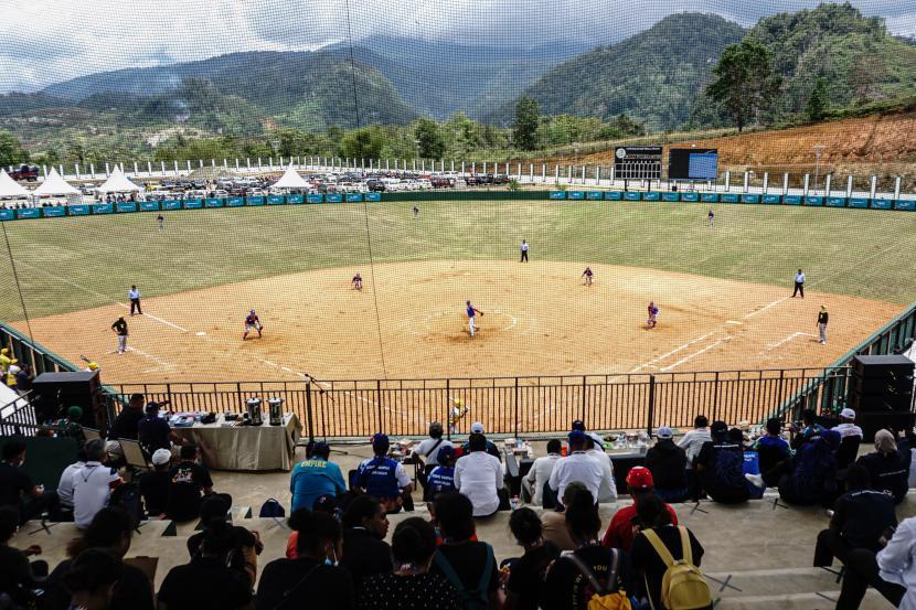 Penonton menyaksikan pertandingan softball putra PON Papua antara tim Lampung melawan tim Sulawesi Tenggara di Stadion Softball Agus Kafiar Universitas Cenderawasih, Kota Jayapura, Papua, Rabu (22/9/2021). Tim softball Lampung megalahkan Tim Sulawesi Tenggara dengan skor 11-3.