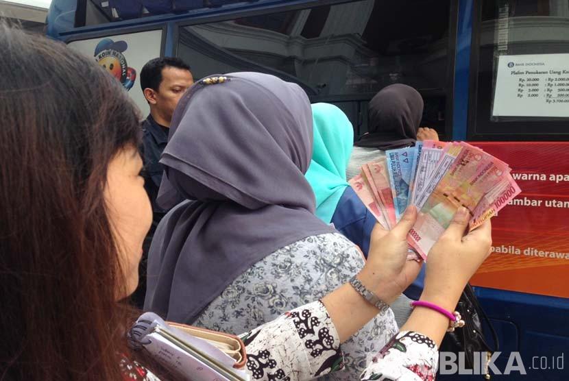 Penukaran uang di mobil keliling BI (ilustrasi)
