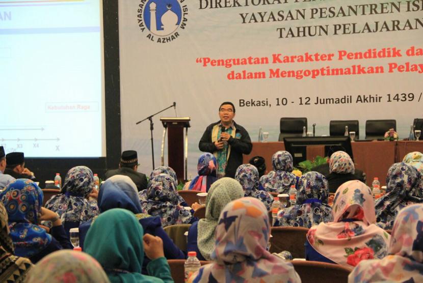 Penulis buku Cara Berpikir Suprarasional, Raden Ridwan Hasan Saputra.