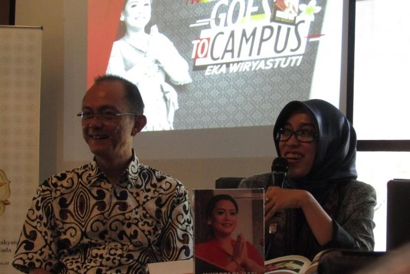 Penulis Buku Investasi Hati, Aprilia Hariani (Kanan) dan Ketua Panitia dari Pustek UGM, Puthut Indroyono (Kiri)