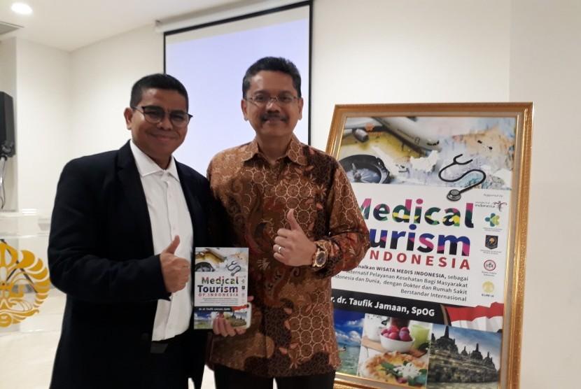 Penulis buku Medical Tourism of Indonesia, Dr dr Taufik Jamaan SpOG (kiri) dan Dekan Fakultas Kedokteran Universitas Indonesia, Prof dr Ari Fahrial Syam SpPD KGEH