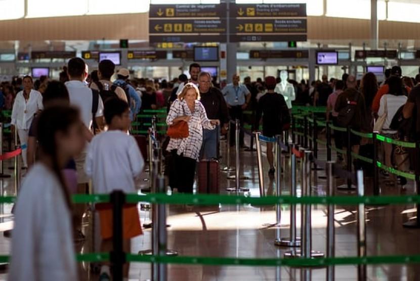 Penumpang berada di bandara Barcelona.