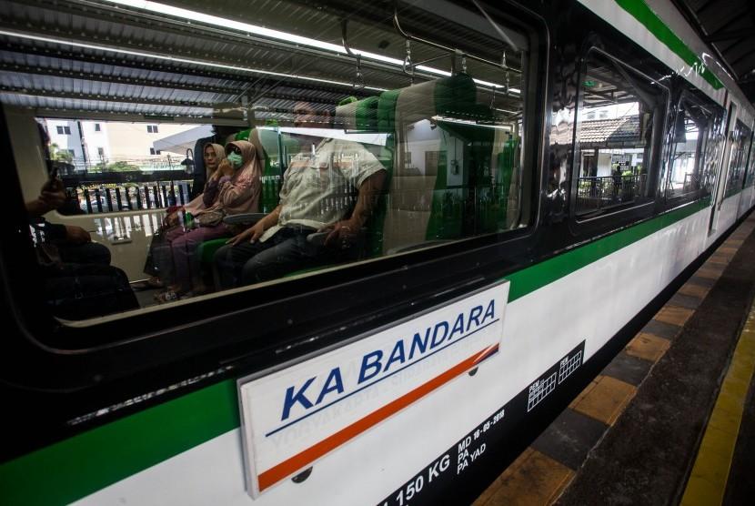 Penumpang berada di dalam Kereta Api (KA) menuju Bandara Internasional Yogyakarta.
