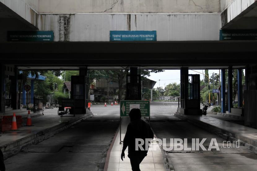 Penumpang berjalan di lorong terminal Giwangan, DI Yogyakarta beberapa waktu lalu.
