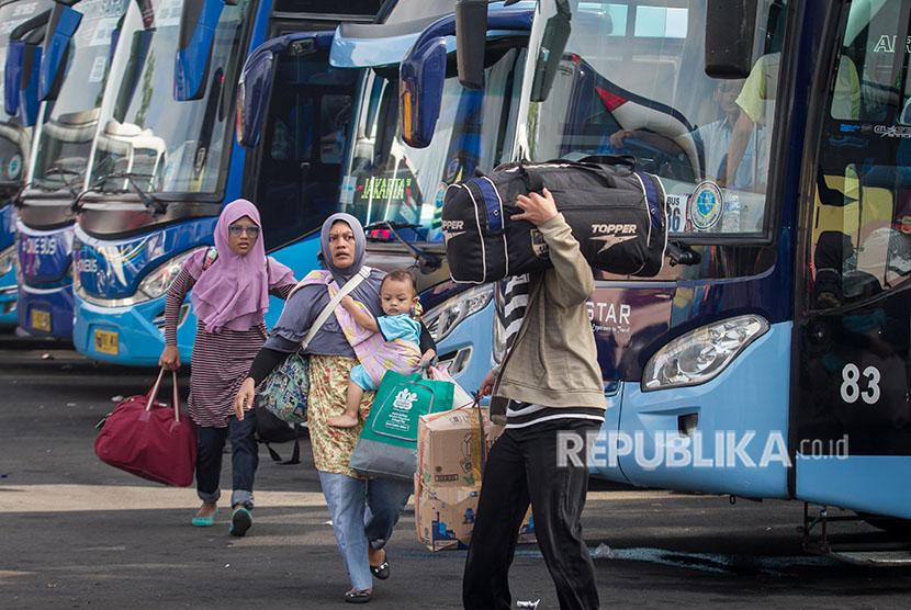 Setelah diberlakukannya KLB arus bus dan penumpang di terminal Tirtonadi Solo menurun. Tampak penumpang bus mencari nomor bus pada pemberangkatan balik pemudik lebaran Kementerian Perhubungan di Terminal Tirtonadi, Solo, Jawa Tengah, Jumat (22/6).