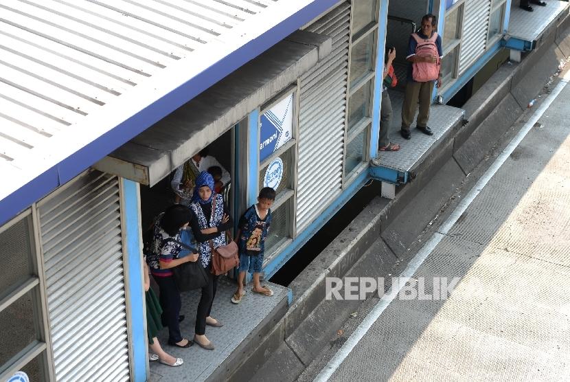 Penumpang Bus Transjakarta terlantar di Halte Harmoni, Jakarta Pusat, Senin (12/6).