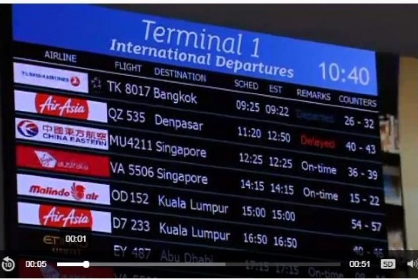 Penumpang di Bandara Internasional Perth, Australia Selatan, menghabiskan waktu seharian terburu-buru berusaha mendapatkan pesawat yang akan berangkat ke Bali menyusul informasi penutupan bandara dari dan menuju Bali.
