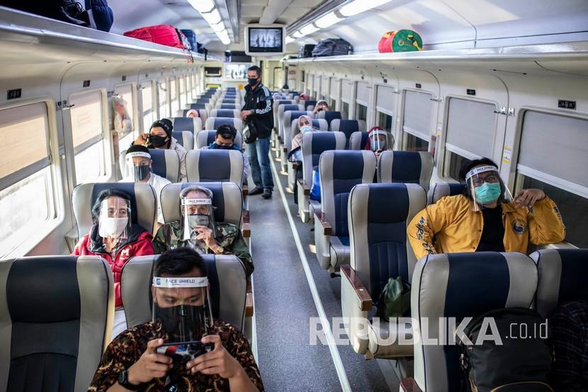penumpang duduk di dalam rangkaian gerbong ka bima rute 200711191644 515
