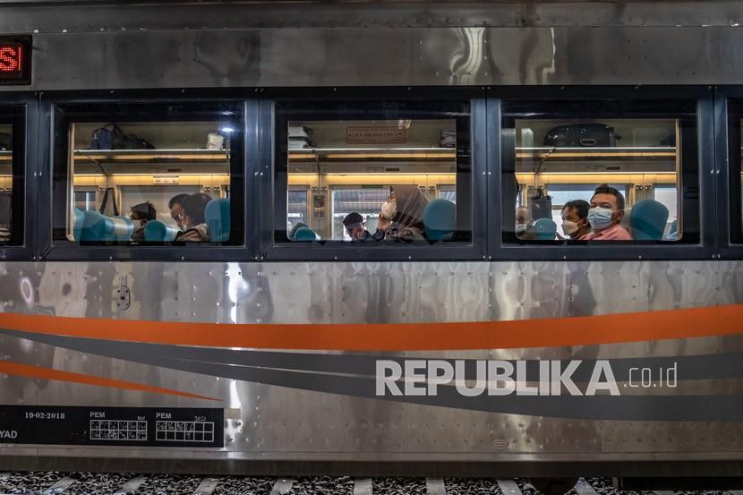 Penumpang duduk di dalam rangkaian Kereta Api (KA) Argo Bromo Anggrek rute Jakarta-Surabaya