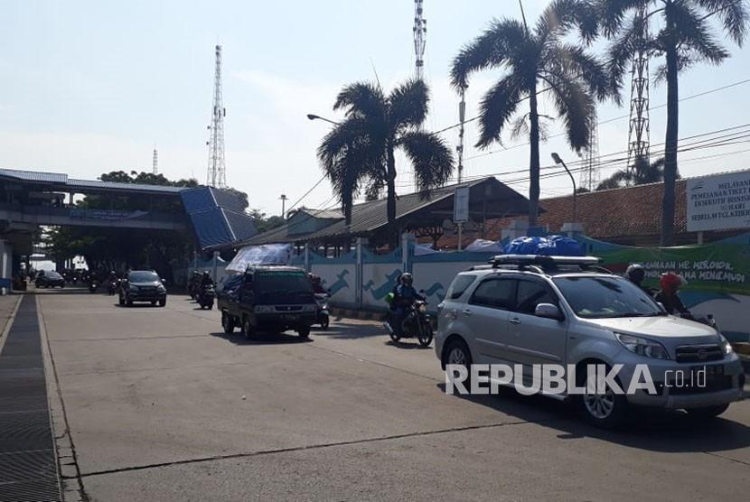 Penumpang kapal dari Pelabuhan Bakauheni, Lampung, tiba di Pelabuhan Merak, Banten, Ahad (17/6).
