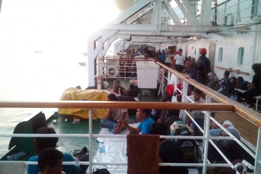 Ribuan Penumpang Kapal Laut Penuhi Pelabuan Biak Republika Online