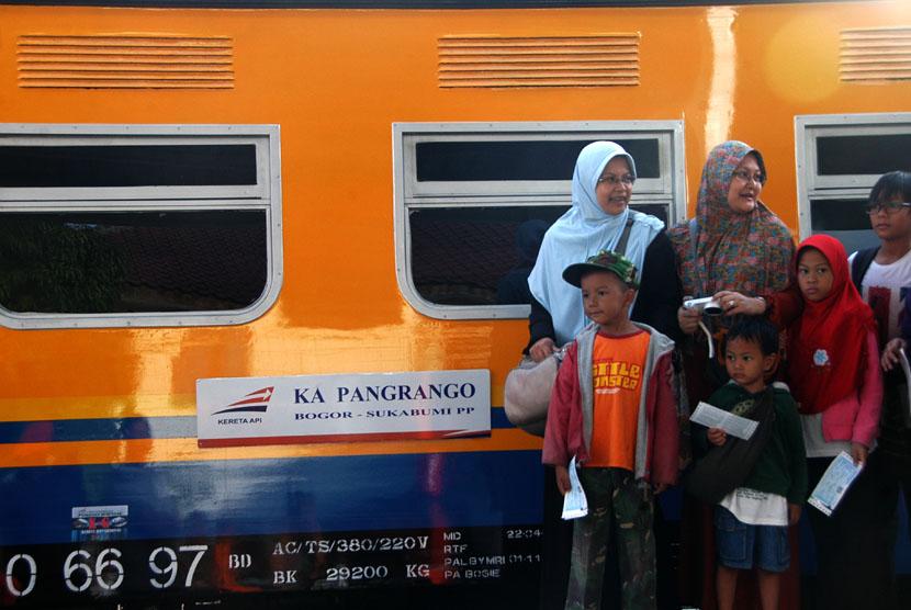 Calon penumpang menunggu keberangkatan perdana KA Pangrango rute Bogor-Sukabumi di Stasiun Bogor Paledang, Kota Bogor, Jabar, Sabtu (9/11).  (Antara/Jafkhairi)