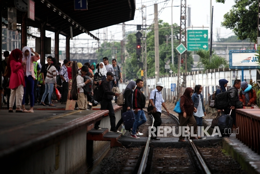 Penumpang kereta api di Stasiun Jatinegara, Jakarta (ilustrasi)