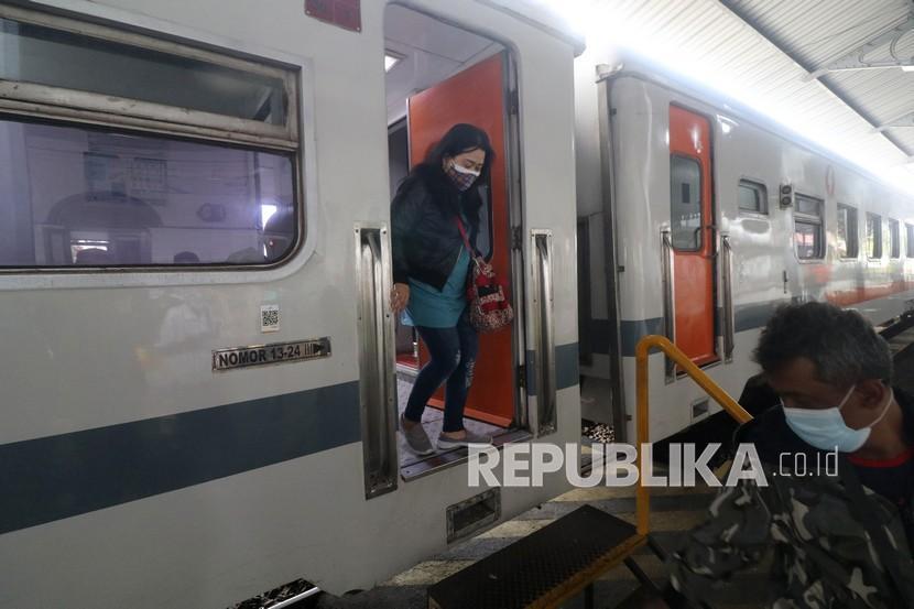 Penumpang kereta api keluar dari gerbong di Stasiun Kota Kediri, Jawa Timur.